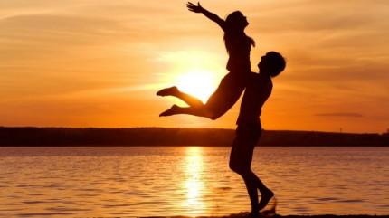 felicidad-de-una-pareja-en-la-puesta-del-sol-2804-960x623.jpg